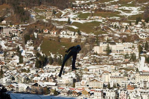 Ein Athlet springt von der Titlisschanze. (Bild: SIGI TISCHLER (KEYSTONE))