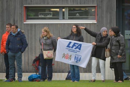 Mitgereiste Fans des FC Lausanne-Sport verfolgen ein Spiel. (Bild: Martin Meienberger)