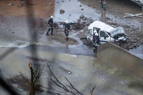 Feuerwehrleute an der Schadenstelle. (Bild: Keystone / Urs Flüeler)