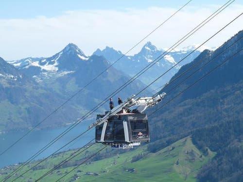 Im Schritttempo, Meter für Meter, zog eine kräftige Montagewinde die eine Kabine auf den Tragseilen vom Chälti zur Bergstation hinauf. (Bild: PD)
