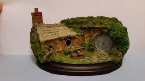Für meine Schwester habe ich ein original Hobbithöle-Modell gekauft. Es ist von Weta Workshops, welche an den Filmen mitgewirkt haben, hergestellt und wurde von Hand bemalt. (Bild: zvg)