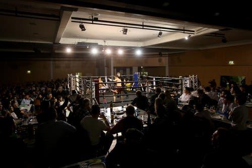 Der Kampf in der Kategrie bis 63 Kilogramm fand zwischen Kevin Zvizdic und Wangdem Namshi statt. (Bild: Philipp Schmidli / Neue LZ)