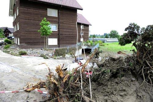 Am Ende der Strasse liegt dieses Jahr: Im Keller kamen eine Mutter und ihre Tochter in den Fluten um. (Bild: Keystone / Urs Flüeler)