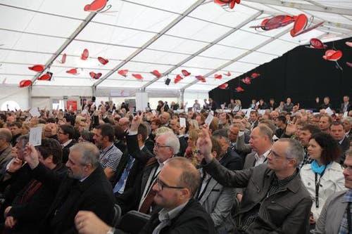 An der zugleich durchgeführten GV Pro Wirtschaft Nidwalden/Engelberg wurde auch eifrig abgestimmt. (Bild: André A. Niederberger / Neue NZ)