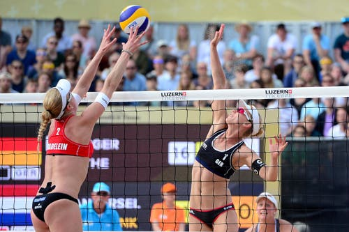Das Finalspiel der Frauen entscheidet das Deutsche Team Borger/Büthe gegen die Holänderinnen Meppelink/Van Iersel für sich. Im Bild für scheitert Karla Borger (rechts) an Madelein Meppelink. (Bild: Keystone / Urs Flüeler)