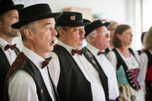 Der Jodlerklub Pilatus nimmt erstmals an einem Jodlerfest teil und singt sich im Dorfschulhaus für den Vortrag ein. (Bild: Manuela Jans- Koch (Neue LZ))