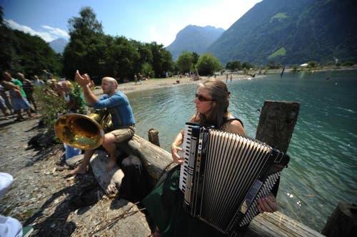 Die Musiker finden ihren Platz im Freien, um ein Ständchen zu bringen. (Bild: Urs Hanhart)