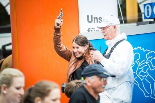 Ex-Skirennfahrerin Dominique Gisin gibt den Startschuss. (Bild: Roger Grütter / Neue LZ)
