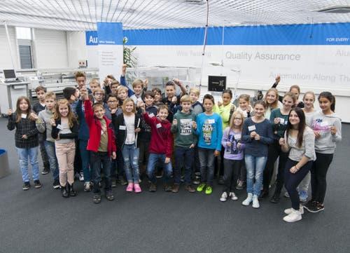 33 Schülerinnen und Schüler verbrachten den Nationalen Zukunftstag 2015 bei Komax in Dierikon und Rotkreuz. (Bild: Sandra Durrer)