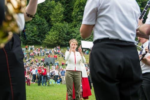 1. August Feier auf dem Rütli: Bundespräsidentin Simonetta Sommaruga dirigiert nach ihrer Ansprache die anwesende Musikgesellschaft (Bild: Roger Grütter / Neue LZ)