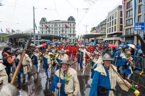 Die Luzerner ziehen durch Zürichs Strassen. (Bild: Roger Grütter / Neue LZ)