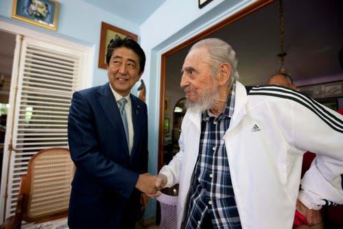 Castro trifft Japans Premierminister Shinzo Abe im September 2016. (Bild: Alex Castro)