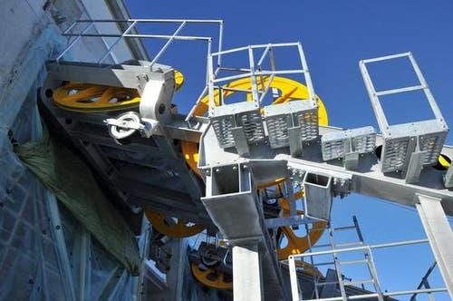 16. Januar: Schönheit der Technik: Bereits sind die Rollen für das Zugseil in der neuen Bergstation montiert. Dieser Teil der Bergstation wird noch mit einer Stahlhalle gedeckt. (Bild: Robert Hess / Neue OZ)