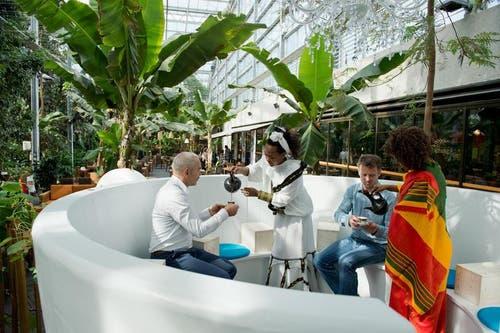 Wer sich mehr Zeit für Kaffee nehmen will, kann dies im Highlight der Ausstellung tun. Eine 3 Meter breite und 1,70 Meter hohe Kaffeetasse lädt zum Verweilen und Degustieren ein. «Kaffeekränzchen in der Plaudertasse» nennt sich die Einrichtung, die acht Personen Platz bietet und gebucht werden kann. (Bild: Dominik Wunderli / Neue LZ)