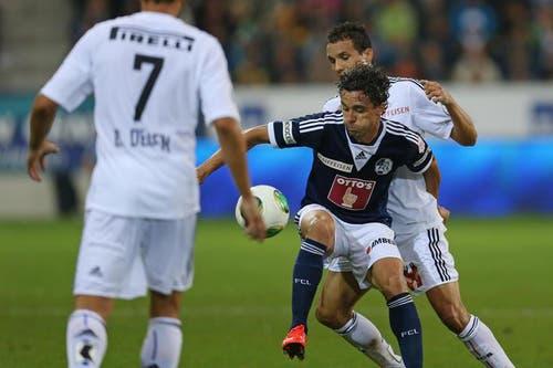 Luzerns Dimitar Rangelov (Mitte) gegen Basels Philipp Degen (rechts). (Bild: Phillipp Schmidli / Neue LZ)