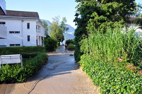 Teile des Goldmattquartier in Sarnen stehen unter Wasser. (Bild: Adrian Venetz)
