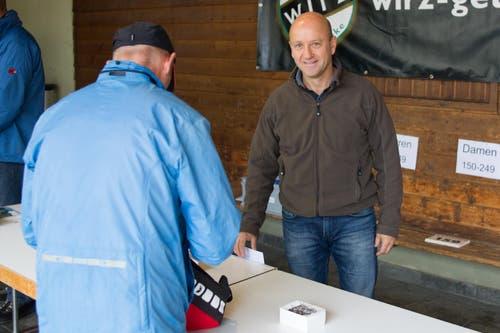 Der langjährige OK_Präsident Walter Schaller bei der Ausgabe der Startnummern. (Bild: Beat Blättler)