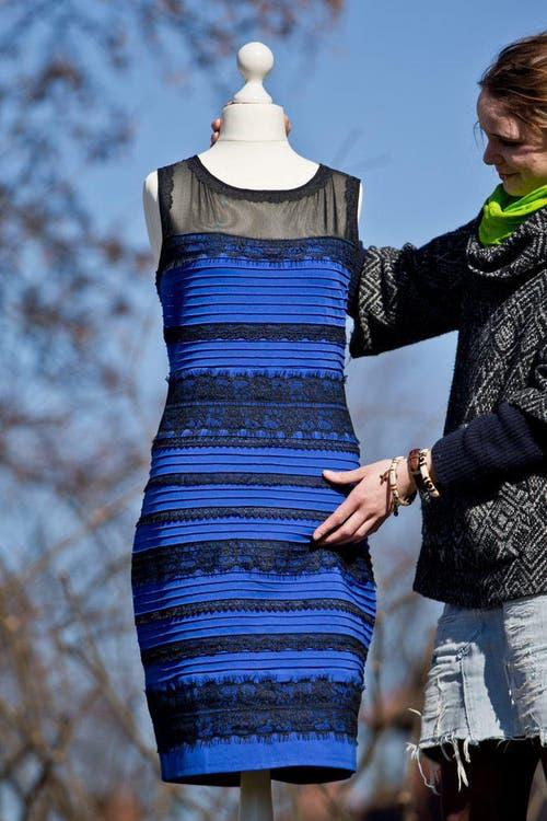 Blau-schwarz oder weiss-golden? Auf Facebook und Twitter diskutieren Tausende aus aller Welt, welche Farben dieses Kleid hat. (Bild: EPA / Daniel Karmann)