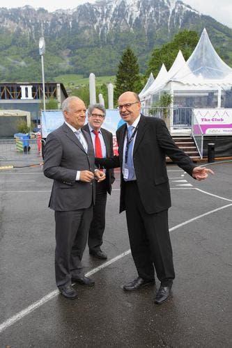 Regierungsrat Gerhard Odermatt begrüsste die Gäste aus Bern nach deren Landung mit dem Helikopter. (Bild: André A. Niederberger / Neue NZ)