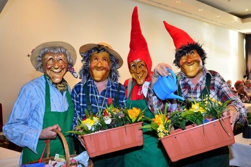 Agatha Föcker, Helen Haas, Sonja Senn und Rolf Haas an der Seniorenfasnacht im Stadtkeller. (Bild: Claudia Surek)