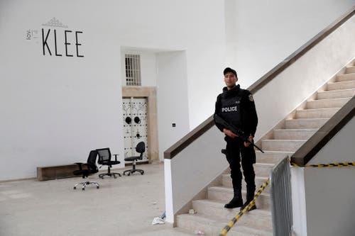 19. März: In Tunis überfallen Terroristen das Nationalmuseum von Bardo. 24 Menschen, darunter 20 Touristen, werden getötet. Die beiden Attentäter sterben beim Schusswechsel mit Sicherheitskräften. Der Islamische Staat bekennt sich zum Anschlag. (Bild: AP Photo/Christophe Ena)
