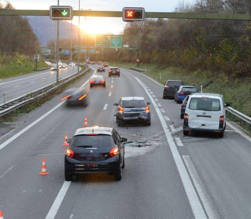 20.11.2015: Auffahrunfall mit fünf Autos und Lieferwagen in Ebikon. (Bild: Luzerner Polizei)