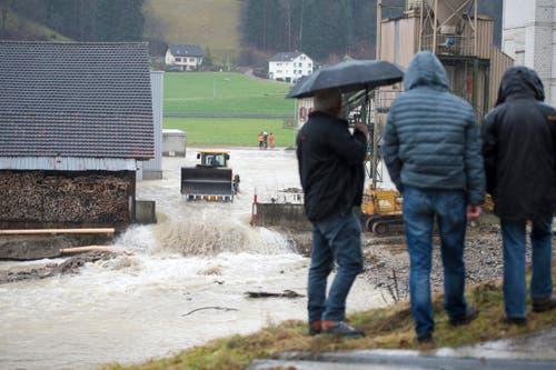 Aus Sicherheitsgründen durfte mit der Räumung des Flussbettes erst am Nachmittag begonnen werden. (Bild: Keystone / Urs Flüeler)