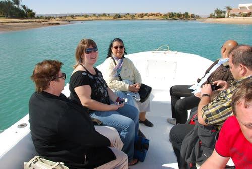 Mitgereiste FCL-Anhänger mit Yakin-Mutter Emine auf der Bootsfahrt durch El Gouna. (Bild: Daniel Wyrsch / Neue LZ)
