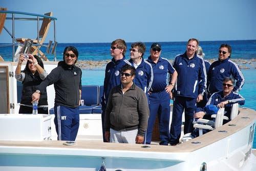 Auf der Sawiris-Yacht (von links): Murat Yakin, Mike Hauser, Thomas Schönberger, Walter Stierli, Toni Bucher, Fredy Flükiger und Marco Sieber (auf dem Stuhl). (Bild: Daniel Wyrsch/Neue LZ)