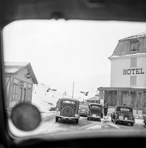 Autos vor dem Hotel Bellevue auf der Simplon-Passhöhe, aufgenommen April 1949. (Bild: Keystone)