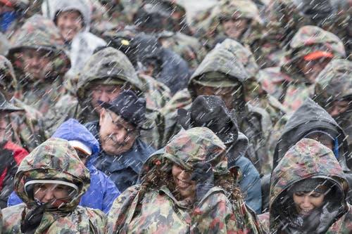 Die Zuschauer sind gegen das Wetter gewappnet. (Bild: Keystone / Alexandra Wey)