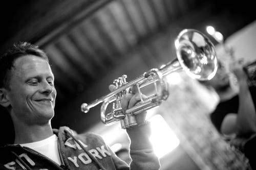 6. Januar: Patrick Ottiger ist zum «Rüüdigen Lozärner» 2014 gewählt worden. Er ist Dirigent des erfolgreichen Orchesters BML-Talents, welches im November 2014 den SRF-Wettbewerb «Kampf der Orchester» gewonnen hat. Ottiger ist auch als Solo-Trompeter beim Luzerner 21st Century Orchestra aktiv. (Bild: PD)