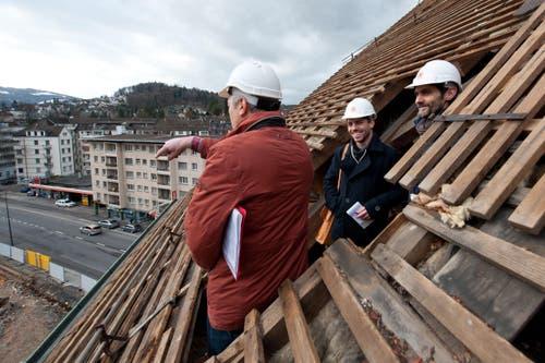 Baustellenrundgang (vlnr): Franz Studer (Bauleiter ABL), Raphael Gutzwiller (Journalist Neue LZ) und Benno Zgraggen (Kommunikation ABL). (Bild: Dominik Wunderli / Neue LZ)