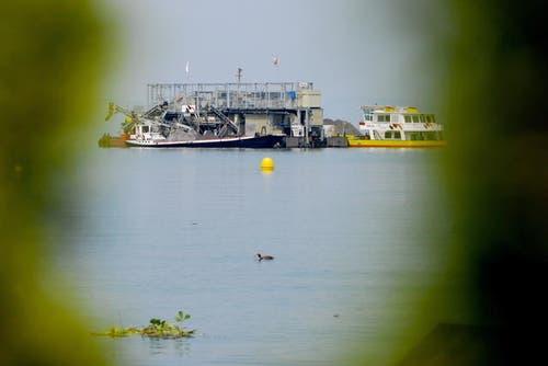 31. Oktober: Der Seebagger Nautilus vor Stansstad stellt nach 25 Jahren den Betrieb ein. Er hat jährlich rund 100 000 Tonnen Sand und Rundkies abgebaut. Die Firma Holcim stellt nun den Abbau ein. (Bild: Corinne Glanzmann / Neue LZ)