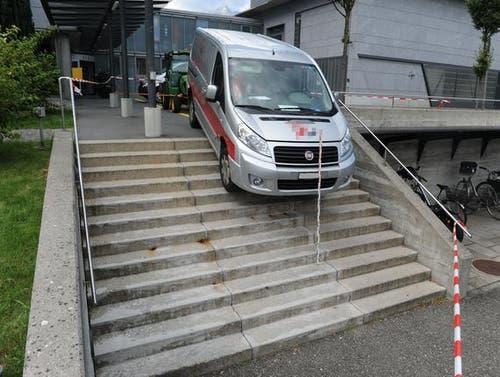 Besonders eilig hatte es ein Bote, der das Kantonsspital in Stans im September belieferte. Der Fahrer parkierte seinen Lieferwagen auf dem Kundenparkplatz. Beim Wegfahren jedoch wählte der Lieferant eine ungewöhnliche Abkürzung – und blieb prompt auf der Treppe stecken, die zum unteren Parkplatz führt. Für einmal war nicht ein GPS-Gerät schuld, das dem Fahrer einen falschen Weg gewiesen hätte – ein solches hatte 2013 für den Zwischenhalt eines Autos auf der Luzerner Rathaustreppe gesorgt. In Stans jedoch brütete der Fahrer gerade über seinen Lieferscheinen – und war drum abgelenkt. (Bild: Kantonspolizei Nidwalden)