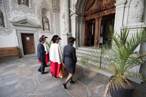 Bundesrätin Doris Leuthard, rechts, auf dem Weg in die Hofkirche. (Bild: Urs Flüeler / Keystone)