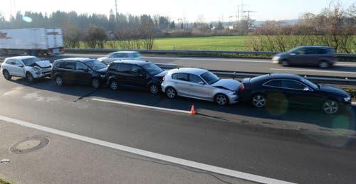 3. Dezember: Auffahrunfall bei Buchrain: Drei Verletzte und 100'000 Franken Sachschaden. Es ist bereits der sechste Auffahrunfall auf der Autobahn A14 innert gut drei Wochen: Die Polizei ist besorgt, aber machtlos. (Bild: Luzerner Polizei)
