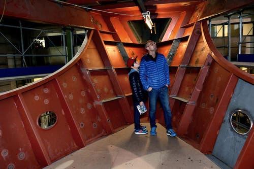 Die Besucher bestaunen den Rohbau des Motorschiffes. (Bild: Nadia Schärli / Neue LZ)