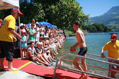 Für die Schwimmer gab es viel Applaus von den Zuschauern. (Bild: Irene Infanger / Neue SZ)