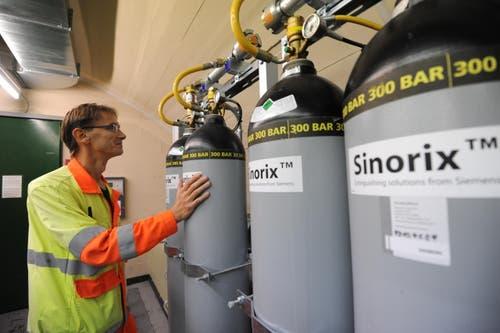 Diese Stickstoff-Flaschen kommen im Brandfall zur Anwendung. (Bild: Urs Hanhart / Neue UZ)