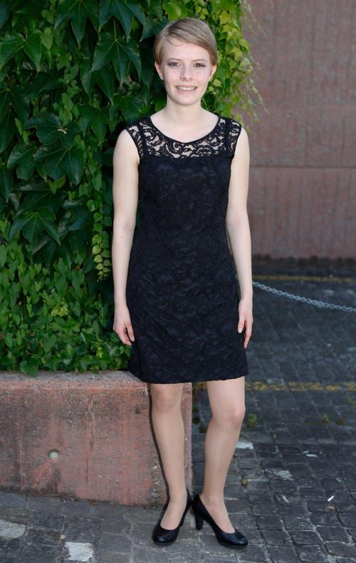"""Nadine Stehli, 19, Kauffrau, Oberrüti: «Weil ich nichts anderes gefunden habe, habe ich mich für den Kauf eines """"Kleinen Schwarzen"""" entschieden. Es gefällt mir, weil man es zu jedem feierlichen Anlass tragen kann.» (Bild: Patrick Hürlimann / Neue ZZ)"""