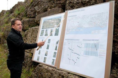Ingenieur Alois Käslin erklärt die Baustelle. Die Firma Gasser baut oberhalb der Horlaui instabile Felsformationen ab. (Bild: Boris Bürgisser / Neue LZ)