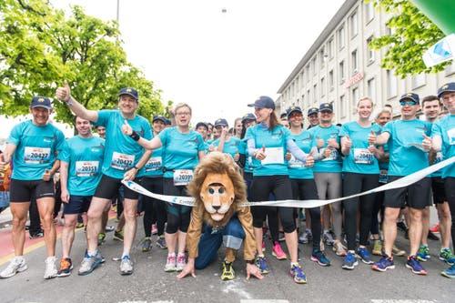 Gruppe der Luzerner Kantonalbank mit Maskottchen LUKI (Bild: Roger Grütter)