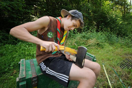 11. Juli 2013: Die Lager-Saison hat begonnen. Mit dem Lagerdraht der Neuen LZ können Grüsse und Fotos nach Hause geschickt werden. Hier im Bild: Raphael Stalder von der Pfadi St. Gallus aus Kriens. (Bild: Boris Bürgisser / Neue LZ)