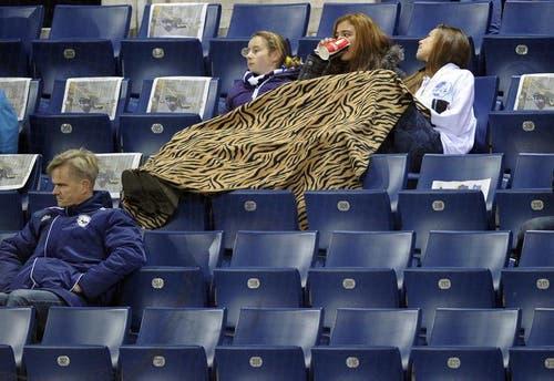 Die Zuschauerinnen haben gegen die Kälte vorgesorgt. (Bild: Keystone)