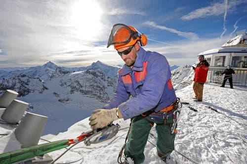 Andy Gabriel bei der Arbeit an der Brücke. (Bild: Eveline Beerkircher/Neue LZ)