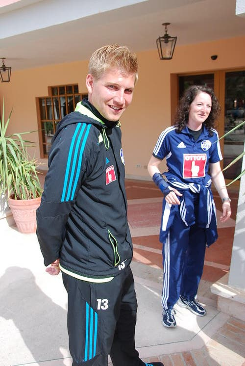 Florian Stahel freut sich über das FCL-Captainamt, daneben Materialwartin Petra Suter. (Bild: Daniel Wyrsch / Neue LZ)