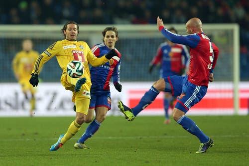 Luzerns Adrian Winter (links) im Kampf um den Ball gegen Basels Kay Voser und Arlind Ajeti. (Bild: Philipp Schmidli / Neue LZ)