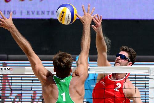 Sebastian Chevallier (rechts) blockt einen Ball. (Bild: Keystone)