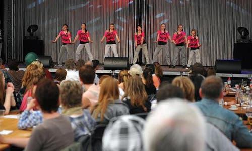 Ein Showtanz erfreut die Zuschauer. (Bild: Corinne Glanzmann/Neue NZ)